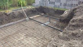 Harmadik lépésben a medence aljzatbeton vasalását és a fenék betonba történő befalazó idomok elhelyezését végezzük el.